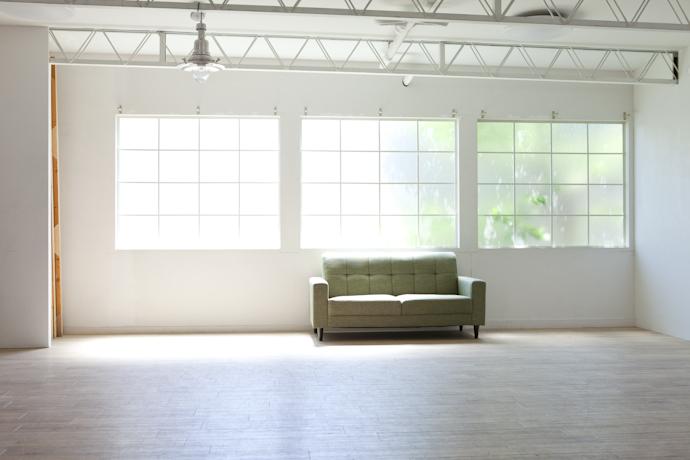 ソファ、広いキッチンとダイニング、関東都内の自然光スタジオ、世田谷区、二子玉川