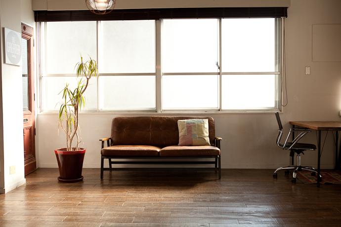 自然光とメンズライクな家具