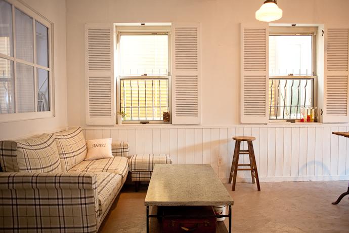 ソファとカフェ、洋風一戸建、一軒家スタジオ、関東都内の自然光スタジオ、世田谷区