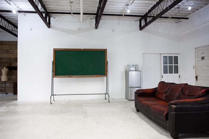 白壁、黒板、インダストリアル、倉庫、工場、広い、関東都内の自然光スタジオ、世田谷区、二子玉川